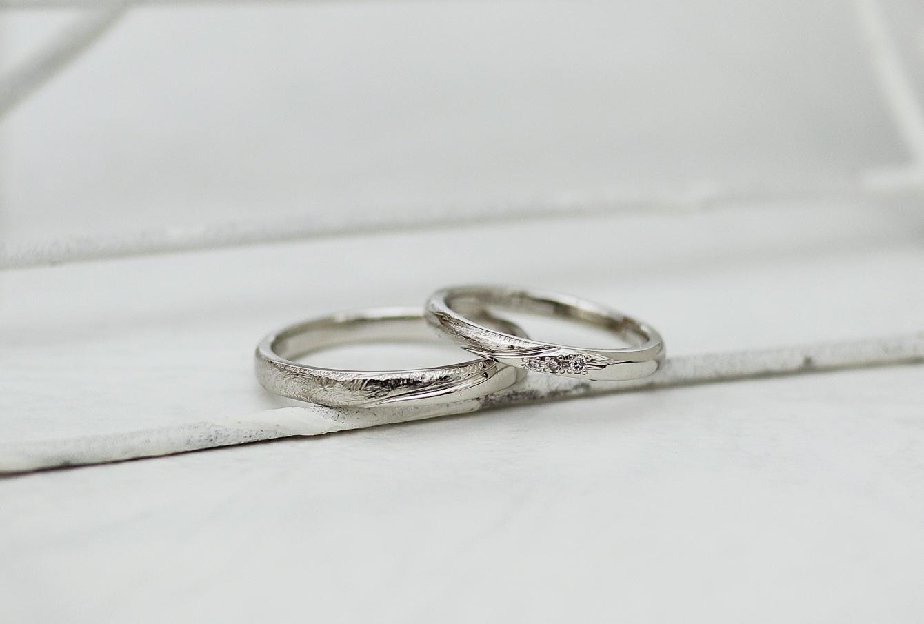 シンプルなデザインに少しオリジナリティを足したふたりで作る結婚指輪
