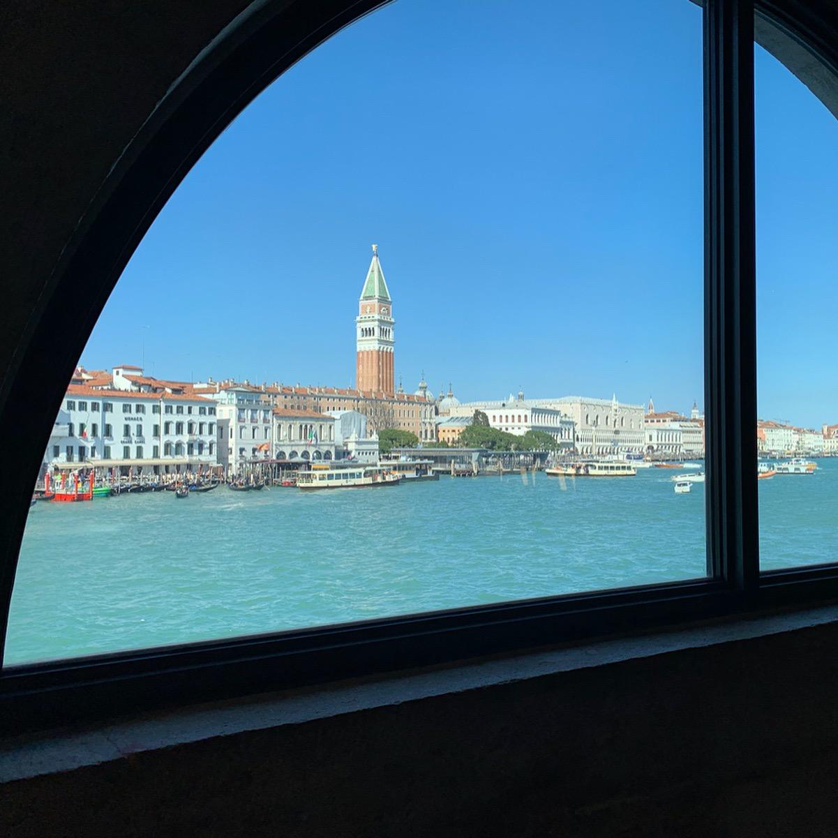 窓から眺めるサンマルコ